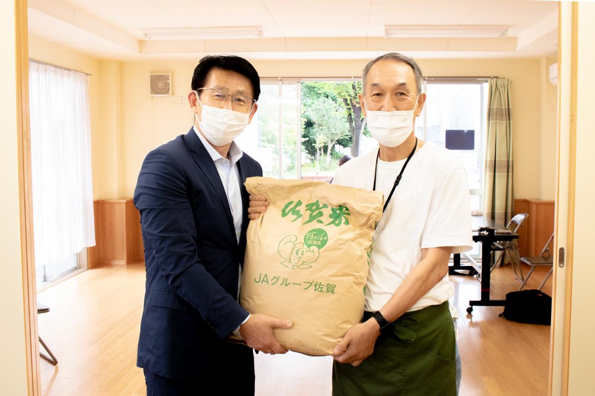 """当社代表・井上(左)と「みんなのカフェ""""大空""""」代表・中村通夫様(右)"""